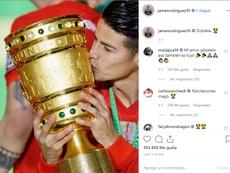 James posó con la DFB Pokal ganada este sábado. Instagram/JamesRodriguez