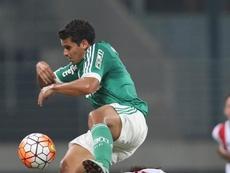 Jean, do Palmeiras, em disputa de bola com Pablo González, do River Plate do Uruguai. EFE