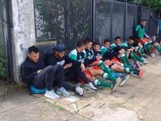 Los jugadores locales tuvieron que esperar en la calle. Twitter/Verdeleon