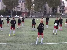 Jugadores de la cantera del Metz, realizando un baile. SportYou