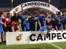 El Fuenlabrada emuló a Ramos con el trofeo de Segunda División B. CFFuenlabrada