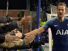 Kane, saludó a aficionados tras marcar el 0-7. Captura