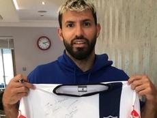 El Kun posó con la camiseta de Tristán Suárez. Instagram/tsuarezoficial
