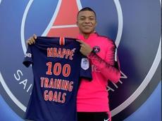 Mbappé pousou sorridente com a sua nova foto. Twitter/KylianMbappé