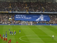 La afición del Chelsea mostró por error un tifo... ¡de Hazard! Captura/Twitter