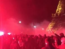 Ultras do PSG celebram o título na Torre Eiffel. Capture