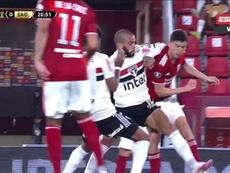Dani Alves, al límite: se jugó la roja por esta entrada. Captura/DAZN