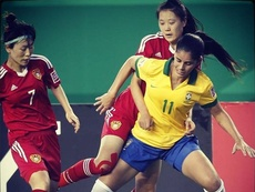 La futbolista brasileña Patricia Sochor, en un partido con la selección 'verdeamarelha' femenina. SportingClubHuelva