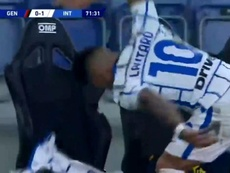 Lautaro se lió a golpes con el banquillo. Captura/Movistar