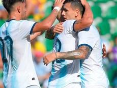 Lautaro bromeó y Paredes le contestó. AFP