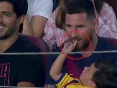 Messi jugó a morderle el dedo a su hijo Mateo. Captura