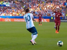 Messi reclamou penálti de Hernández e o VAR negou. Captura/GolCaracol