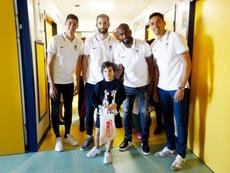 Los jugadores del Granada visitaron a los niños hospitalizados. Twitter/GranadaCF