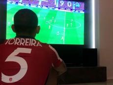 Torreira vio el partido desde casa... ¡vestido de corto! Twitter/LTorreira34