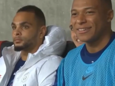 Mabappé reaccionó con una pícara sonrisa después del golazo de Di María. Captura/Movistar+