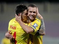 Puscas (d) hizo el único gol de Rumanía a Malta. Twitter/hai_romania