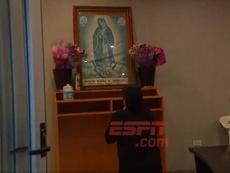 Maradona le rezo a la Virgen tras el triunfo. Captura/ESPN
