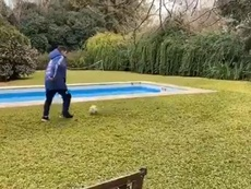 Maradona, de estar con el culo al aire a volver a jugar al fútbol. Instagram/damian.zarate.10