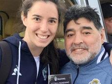 Maradona se fotografió con las chicas del femenino. Twitter/gimnasiaoficial