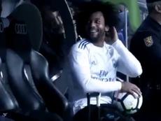 Marcelo se mostró inquieto en el banquillo. Twitter