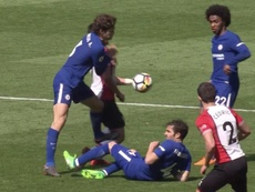 Alonso caught the back of Shane Long's leg with a horror tackle. Captura/Movistar
