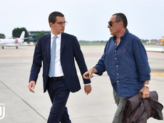 Maurizio Sarri aterriza en Turín para ser presentado con la Juventus. JuventusFC