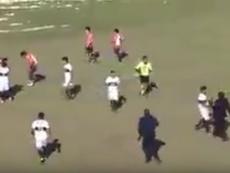 Menudo puñetazo el que le propinó un jugador al árbitro. Youtube-CamiloMujica