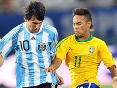 Messi e Neymar podem ser os próximos a gravas as suas pegadas no Maracaná. EFE