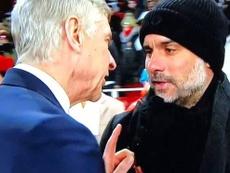 Wenger se entretuvo más de lo normal en el saludo a Guardiola. Captura/Youtube