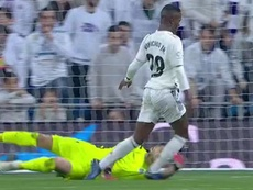 Moment où Rulli fait tomber Vinicius. Capture/beINSports