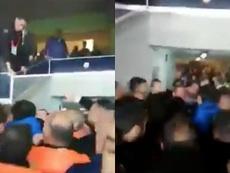 Le président de Fenerbahçe devient fou et se bat avec ses supporters !