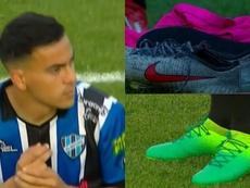 Suárez se cambió de botas durante el partido. Capturas/TyCSports