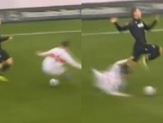 La entrada más bestia de la semana, saltó el balón y fue al tobillo. Capturas/Bundesliga