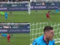 Paró cuatro penaltis y marcó otro para llegar a la final. Capturas/ALeague