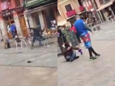 Las sillas volaron en la céntrica plaza del Barrio Húmedo. Capturas/Leonoticias