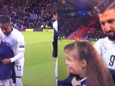 El detalle de Israel con los niños escoceses. Twitter/TheFansAwayVideo
