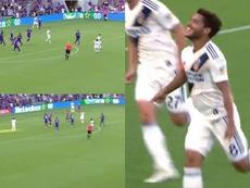 Más ajustado, imposible: gran gol de Dos Santos pegado al palo. Capturas/MLS
