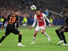 Edson Álvarez, descontento con la actuación arbitral. Ajax