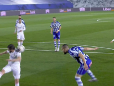 Penalti por mano de Nacho y gol del Alavés. Captura/MovistarLaLiga