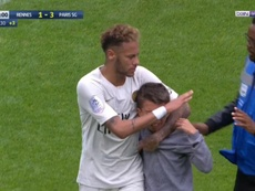 Neymar donne son maillot à un enfant. Capture/BeINSports