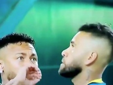 Neymar, Alves e inseto, protagonistas no aquecimento. Captura/DAZN