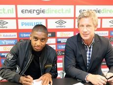 Pablo Rosario, durante la firma de su nuevo contrato con el PSV. PSV