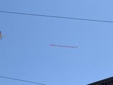 El mensaje de los hinchas del Leeds a Bielsa... ¡en avioneta!. Twitter/smeddy69