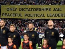 Valls tildó de vergüenza la pancarta del Camp Nou ante el Inter. AFP