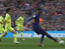 Mina tries a 'Ronaldinho-esque' pass. Captura/Movistar