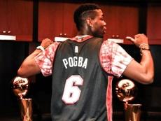 Pogba aprovechó el parón para ver a los Miami Heat en Florida. Twitter/MiamiHEAT