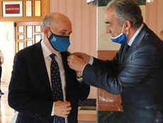 Pedro Montiel recibió la insignia de oro de la LNFS. Captura/LNFS