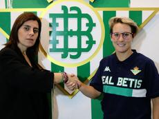 Priscila Borja (d) será bética una temporada más. RealBetisFéminas