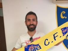 Rodri posa con la bufanda del Orihuela, club al que vuelve tras cinco temporadas. Orihuela_CF/Twitter