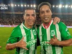 Ronaldinho se puso la camiseta de Nacional. Twitter/Nacionaloficial